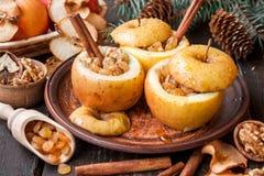 Испеченные яблоки с изюминками и гайками стоковая фотография