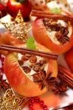 Испеченные яблоки с сыром и изюминками для рождества Стоковое Изображение