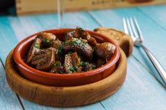 Испеченные champignons с маслом и петрушкой в деревянном шаре Стоковое фото RF
