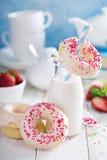 Испеченные donuts с розовой поливой Стоковая Фотография