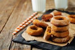 Испеченные donuts тыквы с стеклами молока Стоковые Изображения RF