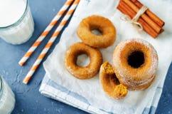 Испеченные donuts тыквы с стеклами молока Стоковое Фото
