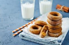 Испеченные donuts тыквы с стеклами молока Стоковые Фото