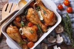 Испеченные drumsticks цыпленка с верхней частью крупного плана овощей горизонтальной стоковые фотографии rf