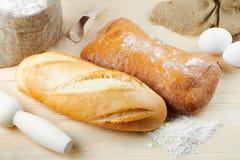 испеченный багетом хлеб доски деревянный Стоковая Фотография RF