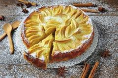 Испеченный десерт торта яблочного пирога покрытый с сахаром замороженности на деревянной предпосылке Стоковое фото RF
