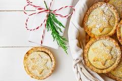 Испеченный дом печенья рождества подарочной коробки великобританский семенит пироги при гайки изюминок Яблока заполняя в плетеной Стоковые Изображения RF