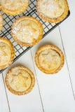 Испеченный дом печенья традиционного великобританского рождества сладостный семенит пироги при гайки изюминок Яблока заполняя на  Стоковое фото RF