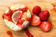 Испеченный камамбер с соусом и клубниками клубники Стоковое фото RF