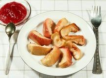 Испеченный, куски яблока карамельки в плите Стоковые Фотографии RF