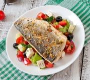 Испеченный морской волк с греческим салатом Стоковые Изображения