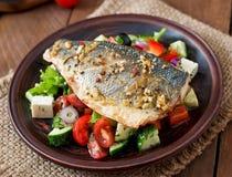 Испеченный морской волк с греческим салатом Стоковое Фото