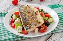 Испеченный морской волк с греческим салатом Стоковые Фотографии RF