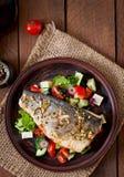 Испеченный морской волк с греческим салатом Стоковое Изображение