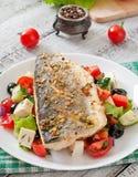 Испеченный морской волк с греческим салатом Стоковые Фото