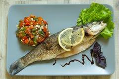 Испеченный морской волк с овощами Стоковая Фотография