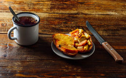 2 испеченный плодоовощ Bruschettas с травяным чаем Стоковое фото RF