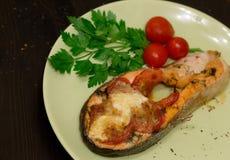 Испеченный сочный salmon стейк Стоковые Изображения