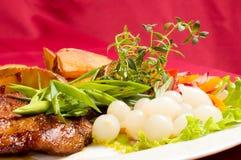 испеченный стейк картошек свинины стоковое фото