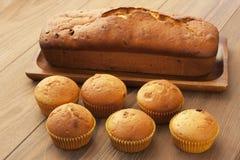 Испеченный торт и мини булочки с изюминками Стоковая Фотография RF