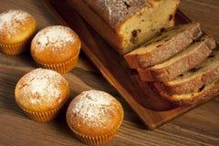 Испеченный торт и мини булочки с изюминками Стоковая Фотография