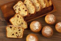 Испеченный торт и мини булочки с изюминками Стоковое Изображение RF