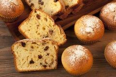 Испеченный торт и мини булочки с изюминками Стоковые Фотографии RF