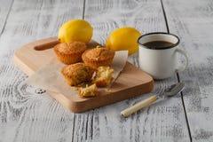 Испеченный торт и мини булочки с изюминками Стоковые Изображения RF