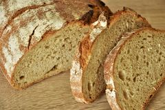 Испеченный хлеб пшеницы, половина и 2 куска отрезанный стоковая фотография rf