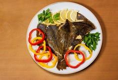 Испеченный flounder с овощами на деревянной предпосылке Стоковые Фото