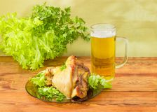 Испеченный hock ветчины на стеклянном блюде с зелеными цветами и пивом Стоковые Фото