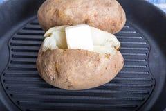 2 испеченных картошки в черном лотке Стоковые Изображения RF