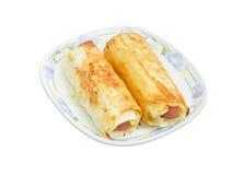 2 испеченных крена сосиски на блюде Стоковые Изображения