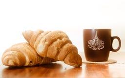 2 испеченных круассана с чашкой кофе Стоковое Фото