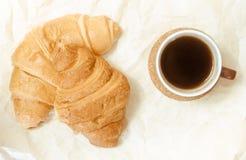 2 испеченных круассана с чашкой кофе Стоковое фото RF