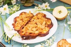 2 испеченных сандвича с яблоками на голубой таблице Стоковая Фотография