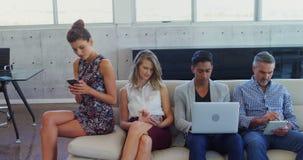 Исполнительная власть используя мобильный телефон, цифровую таблетку и компьтер-книжку в офисе 4k сток-видео