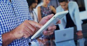 Исполнительная власть используя цифровую таблетку в офисе 4k сток-видео