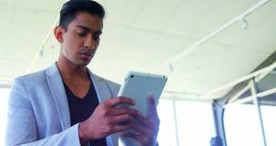 Исполнительная власть используя цифровую таблетку в офисе 4k видеоматериал