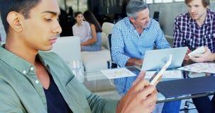 Исполнительная власть используя цифровую таблетку в офисе 4k акции видеоматериалы