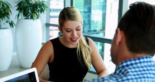Исполнительные власти взаимодействуя друг с другом на столе акции видеоматериалы