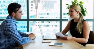 Исполнительные власти взаимодействуя друг с другом на столе сток-видео