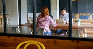 Исполнительные власти говоря друг к другу в столовой 4k офиса сток-видео