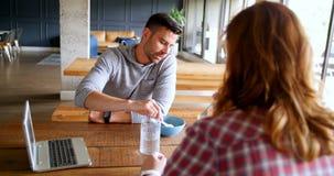 Исполнительные власти говоря друг к другу в столовой 4k офиса видеоматериал