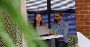 Исполнительные власти обсуждая над документом в столовой 4k офиса акции видеоматериалы