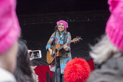 Исполнитель народных песен на women' марш s Стоковые Изображения