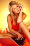 использование белокурой компьтер-книжки компьютера сексуальное Стоковая Фотография RF