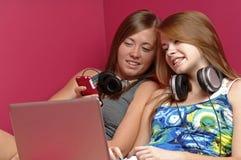 использование девушок электроники предназначенное для подростков стоковая фотография