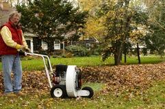 использование профессионала листьев владельца дома воздуходувки Стоковые Изображения