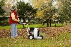 использование профессионала листьев владельца дома воздуходувки Стоковые Фото